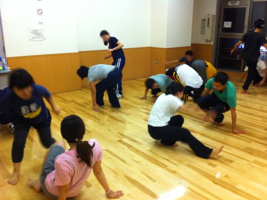 2人組でのカポエイラ技練習