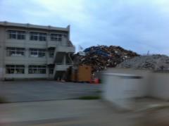 学校の校庭に積み上げられたガレキの山